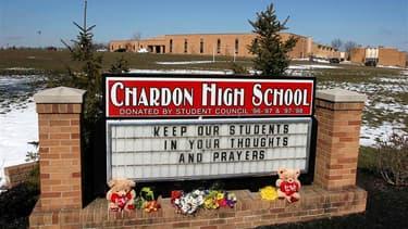 A l'entrée du lycée de Chardon, à l'est de Cleveland, au lendemain d'une fusillade dont l'auteur, un lycéen dont on ignore le mobile, a été arrêté et écroué. Le décès de deux adolescents mardi a porté à trois morts le bilan de la fusillade et deux autres
