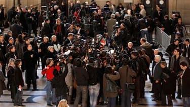 Au sortir de la première audience du procès pour emploi fictifs présumés remontant aux années 1992-1995 et pour lequel l'ex-président Jacques Chirac figure parmi les prévenus. La comparution de Jacques Chirac devant le tribunal correctionnel de Paris pour