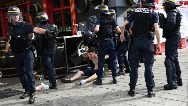 Police et supporters anglais se sont affrontés le 10 juin sur le Vieux Port de Marseille.