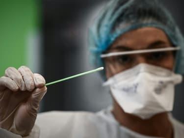 Comme les tests PCR, les tests antigéniques sont réalisés