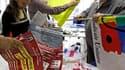 Préparatifs de militants de la FSU, lundi à Marseille. Syndicats et gouvernement abordent une phase décisive dans leur bras de fer sur la réforme des retraites avec deux nouvelles journées d'action, mardi et samedi, tandis que l'examen du texte se poursui