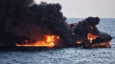 Le pétrolier en flammes.