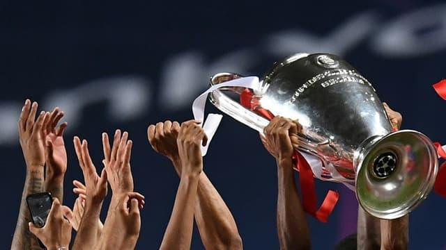 Les joueurs du Bayern Munich brandissent le trophée de la Ligue des champions, le 23 août 2020 à Lisbonne