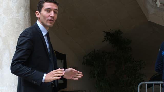 Le maire Front national Julien Sanchez devant la mairie de Beaucaire le 30 mars 2014