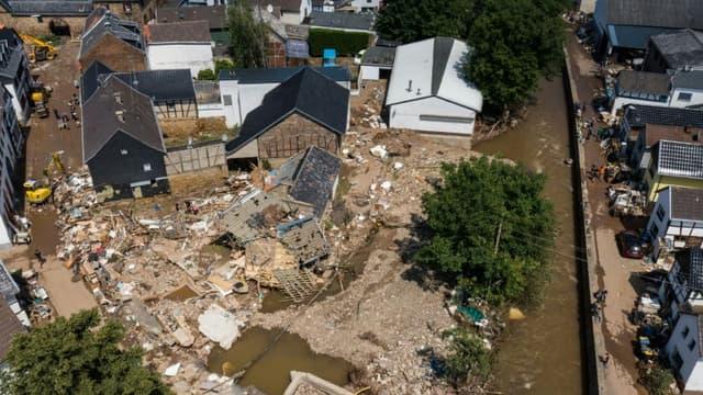Vue aérienne des dégâts provoqués par les inondations à Iversheim, le 18 juillet 2021 en Allemagne
