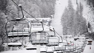 Télésiège dans la station fermée de Val-d'Isère le 12 décembre 2020
