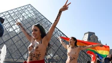 Munies de drapeaux tunisien, iranien, arc-en-ciel et français, sept manifestantes se sont dévêtues devant l'entrée du musée
