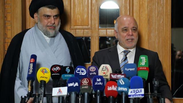 Le Premier ministre irakien Haider al-Abadi (droite) aux côtés du leader chiite Moqtada al-Sadr, le 23 juin 2018 à Najaf (Irak)