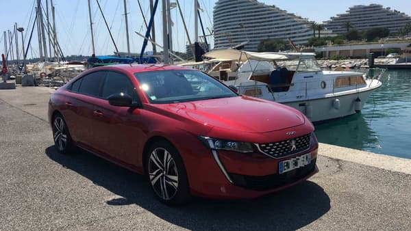 Peugeot s'est éloigné du look classique de la berline à coffre, avec une allure plus proche du coupé, et un centre de gravité plus bas.