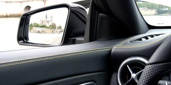 Un simili-cuir recouvre la planche de bord et le haut des contre-portes.