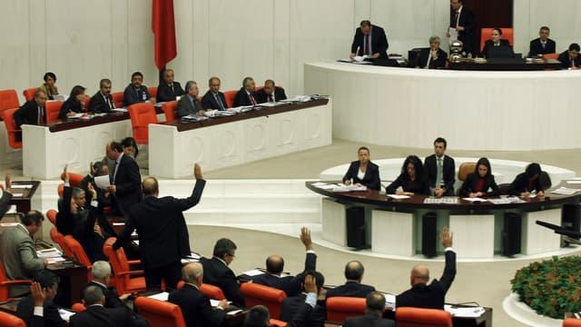 Des députés débattent autour de la nouvelle législation sur Internet, au Parlement turc, à Ankara, le 5 février 2014.