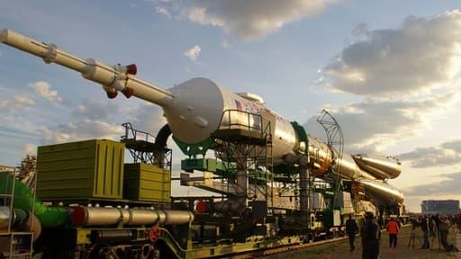 Une fusée Soyouz rejoint sa rampe de lancement à Baïkonour.