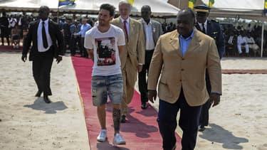 La star du football, Lionel Messi, à son arrivée à Libreville, vendredi. Bermuda déchiré sur tapis rouge.
