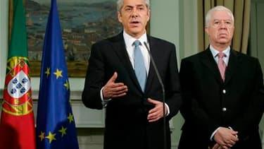 Le Premier ministre portugais José Socrates (à gauche) et son ministre des Finances Fernando Teixeira. Le Portugal a conclu un accord avec l'Union européenne et le Fonds monétaire international (FMI) sur un programme de renflouement de trois ans. /Photo p