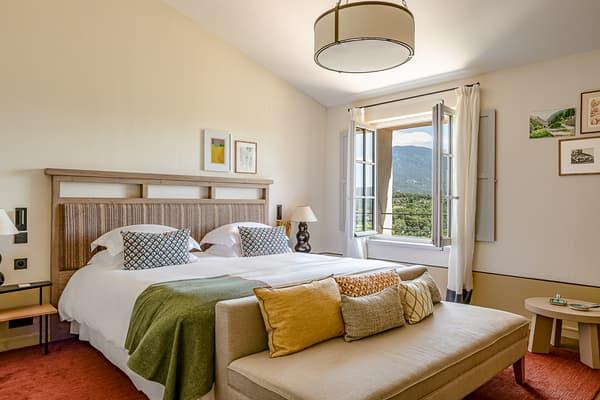 L'hôtel Crillon le Brave possède 34 chambres et suites disséminées dans le village.