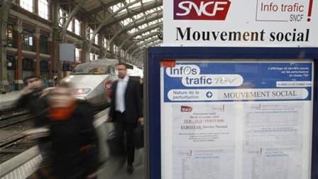 Le trafic sera perturbé ce week-end à la SNCF en raison de la grève reconductible des agents opposés à la réforme des retraites. /Photo prise le 12 octobre 2010/REUTERS/Pascal Rossignol