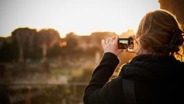 Prendre une photo pour se souvenir, contribuerait paradoxalement à oublier.