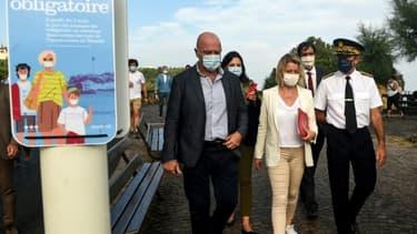 """La ministre de la Transition écologique Barbara Pompili (c) en visite à Biarritz pour le lancement de la """"charte pour des plages sans déchets plastiques"""", le 12 août 2020"""