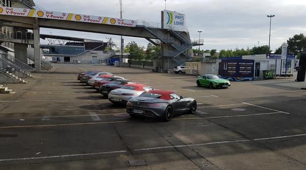 Quand l'AMG GT R (ici en vert) semble passer en revue les AMG GT C Roadster alignées.