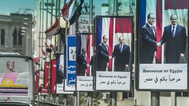 Des affiches souhaitant la bienvenue à François Hollande placardées sur le pont du Pont du 6-Octobre, au Caire.