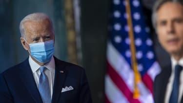 Le président américain Joe Biden écoute son secrétaire d'Etat Antony Blinken, avant leur prise de fonctions, le 24 novembre 2020 à Wilmington, dans l'Etat du Delaware