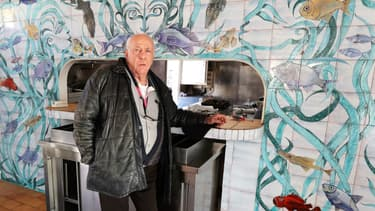 La fresque de Jean Marais et  Gilles Esmiol, le propriétaire du restaurant