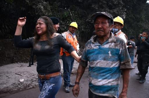 Des personnes fuient le village d'  El Rodeo, à 35 km au sud de la ville de Guatemala, après l'erruption du volcan Fuego le 3 juin 2018