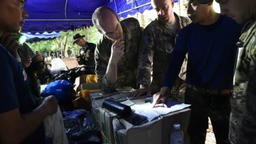 Un officier thaïlandais en réunion avec des soldats américains dans un poste de commandement dans la forêt de Khun Nam Nang Non Forest à proximité de la grotte de Than Luang, le 28 juin 2018