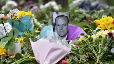 Des fleurs en hommage à la mémoire du prince Philip ont été déposées à Windsor, le samedi 10 avril 2021 au lendemain de sa mort