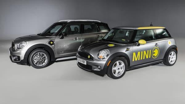 La MINI E, devant la version hybride rechargeable du Countryman, la Mini Cooper SE Countryman.