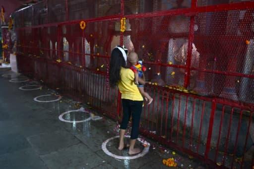 Une fidèle et son enfant dans le temple d'Alopidevi à Allahabad, le 8 juin 2020.