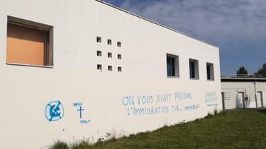 De nouveaux tags racistes ont été découverts sur un mur du centre culturel islamique Avicenne de Rennes, vendredi 30 avril 2021