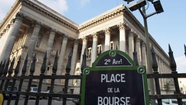 La Bourse de Paris salue l'absence de poursuites contre Clinton