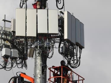 """Les enchères doivent permettre aux opérateurs (Orange, SFR, Bouygues Telecom, Free) d'acquérir 11 """"blocs"""" de fréquences, un seil opérateur ne pouvant en obtenir plus de 5."""