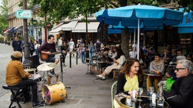 Un groupe joue lors de la Fête de la musique à Paris, le 21 juin 2020
