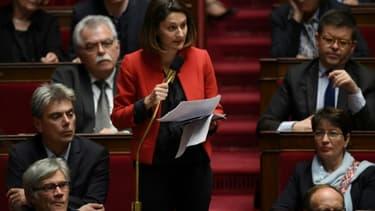 La députée Elsa Faucillon pose une question lors d'une séance de questions au gouvernement à l'Assemblée en novembre 2017
