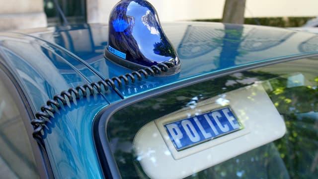 Se faire passer pour une voiture de police, un comportement sévèrement réprimé.