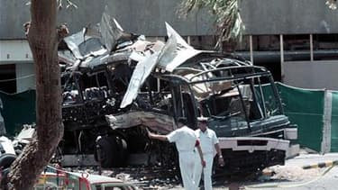 Sur les lieux de l'attaque qui avait fait fait 14 morts, dont 11 Français, en mai 2002 à Karachi. Le tribunal de Paris a rejeté mardi une demande de report de la publication d'un livre d'enquête journalistique, qui examine la thèse d'un lien entre cet att