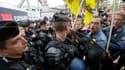 La police a fait usage mardi de gaz lacrymogène pour empêcher un millier de manifestants de pénétrer dans les locaux du Mondial de l'Automobile de Paris. La plupart des syndicats étaient représentés dans cette manifestation organisée pour protester contre