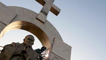 Des ouvriers d'origine russe travaillent à l'installation d'une statue géante du pape Jean-Paul II, le 28 novembre 2006 à Ploërmel