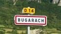 """Des centaines de personnes persuadées que la fin du monde est pour le 21 décembre 2012 affluent à Bugarach, un petit village de l'Aude censé y échapper grâce aux extraterrestres, suscitant ironie et méfiance. Le """"Pech"""" rocailleux - un endroit plat et suré"""
