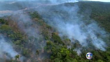 Images aériennes de la forêt amazonienne en train de brûler. -