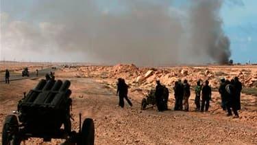Insurgés près de Bin Djaouad, sur la route menant de l'Est de la Libye à Syrte, fief de Mouammar Kadhafi. La contre-offensive lancée dimanche par les forces régulières libyennes contre les villes tenues par les rebelles alimente les craintes de voir le pa