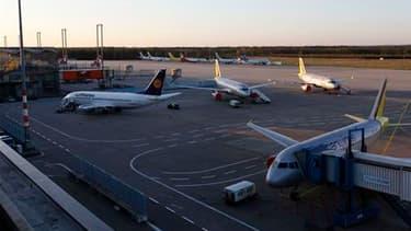 L'aéroport de Cologne-Bonn, en Allemagne. Le trafic aérien restera paralysé ce dimanche, pour le quatrième jour, sur la majeure partie du continent européen où un énorme nuage de cendres volcaniques continue de se propager. /Photo prise le 17 avril 2010/R