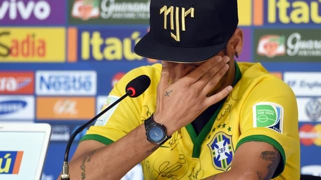Brésil : Neymar en larmes en conférence de presse