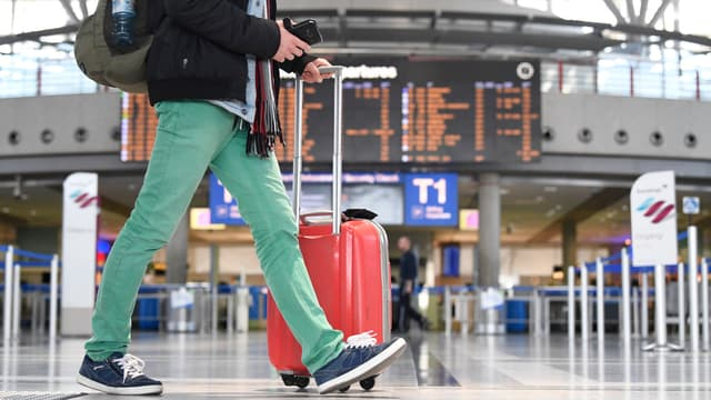 Un passager à l'aéroport de Stuttgart, en mars 2020 (PHOTO D'ILLUSTRATION).