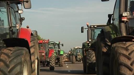 Des agriculteurs de la FDSEA ont manifesté samedi devant le portique de Pont-de-Buis, dans le Finistère.