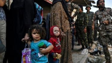 Des femmes et des enfants syriens après leur fuite de Raqa, le 12 octobre 2017