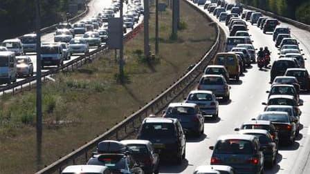La situation s'améliorait peu à peu sur le réseau routier français après un pic à 419 kilomètres de bouchons cumulés samedi midi pour le premier week-end de chassé-croisé des vacanciers. /Photo d'archives/REUTERS/Régis Duvignau