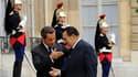 Le président Nicolas Sarkozy et son homologue égyptien Hosni Moubarak, ici dans la cour de l'Elysée, à Paris, proposent la tenue en novembre d'un sommet de l'Union pour la Méditerranée (UPM) afin de faire avancer les perspectives de paix au Proche-Orient.